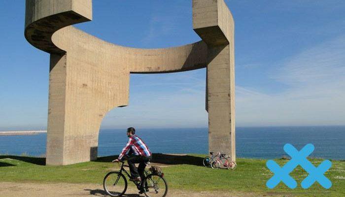 Foto de un usuario de la bicicleta disfrutando del Cerro de Santa Catalina
