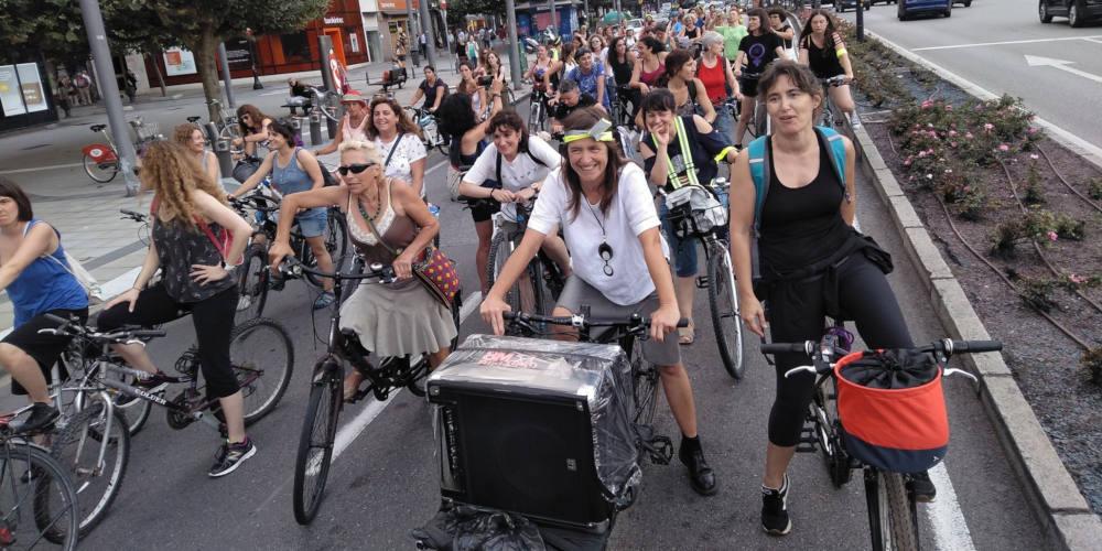 Foto del 8 del 8 montamos un chocho - 8Mbici, Mujeres de Guerrilla - 30 Días en Bici Gijón