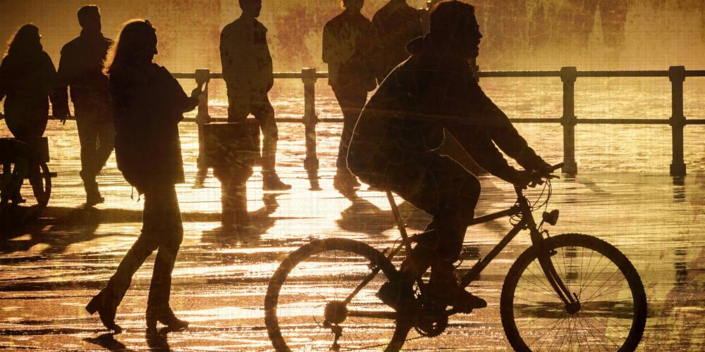 Foto de cilistas en el muro. Lunes de cultura Ciclista 1 - 30 Días en Bici Gijón