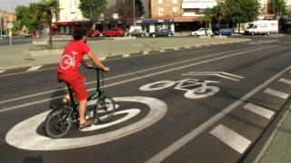 Ciclista circulando por la red de ciclocarriles tácticos de Gijón - 30 Días en Bici Gijón