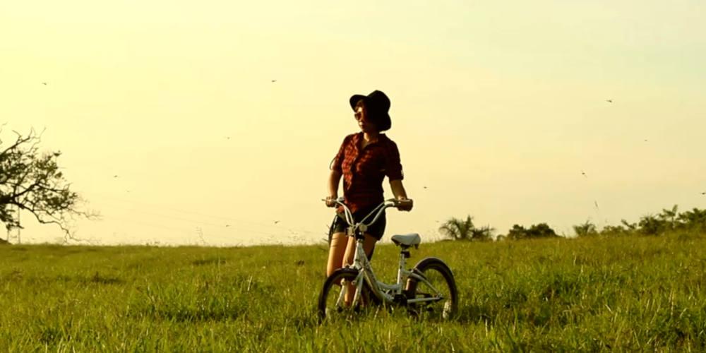 Fotograma de La bicicleta morada en el Ciclo Ciclante - 30 Días en Bici Gijón