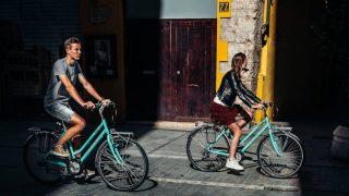 Foto de pareja en bicis bianchi urbanas con un Objetivo 2021: subir a la bici a alguien querido en 30 Días en bici