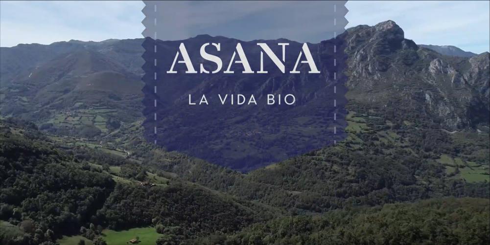 """Imagen de paisaje asturiano con el logo de Asana Bio - vídeo """"la bicicleta"""", celebrando otros 30 días en bici con Asana Bio"""