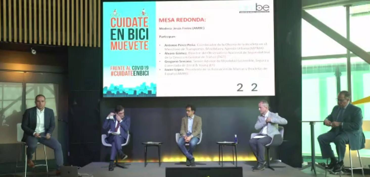 Foto de la mesa redonda tras la Presentación informe del sector de la bicicleta en cifras 2020 - 30 Días en Bici
