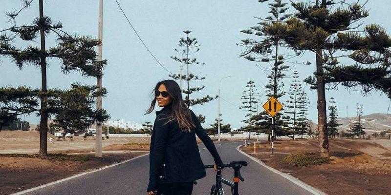 Foto de chavala treintadiera despidiendo con El hermoso balance final de 30 Días en Bici 2021