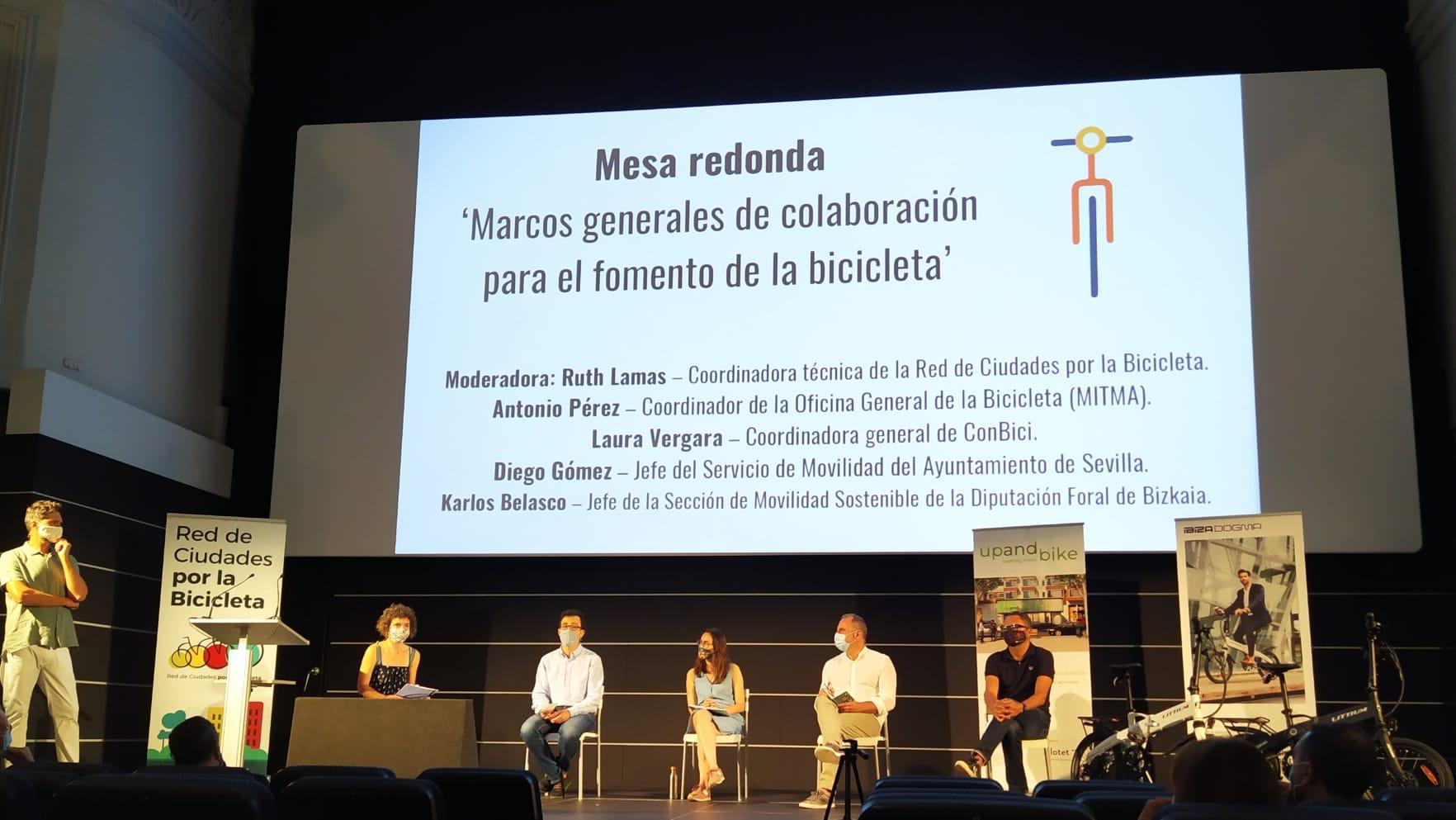 Foto mesa redonda del II Encuentro de la Bicicleta Urbana de Málaga - 30 Días en Bici
